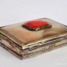 Antigüedades: MUY ANTIGUA CAJA DE TABACO. SNUFF BOX. PLATA DE LEY NACAR, Y AGATA ROJA FACETADA FIN XVIII.PRIN. XIX. Lote 74876023
