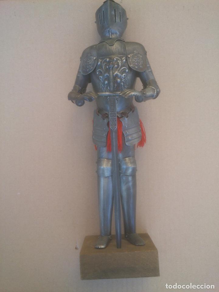 ANTIGUA ARMADURA CON ESPADA , 34 CM DE ALTO, DE TOLEDO , CON MANIQUÍ, DE METAL BASE MADERA (Antigüedades - Hogar y Decoración - Otros)