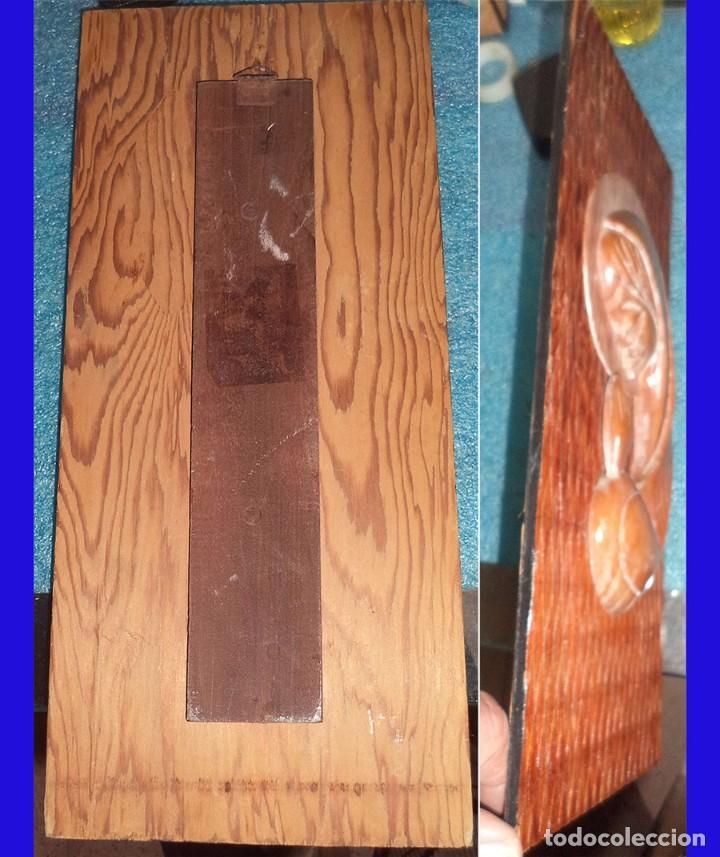 Antigüedades: AÑOS 60 VIRGEN TALLADA EN MADERA SOBRE TABLA LABRADA La tabla mide 33,5/15 cm. La virgen 21,5. - Foto 2 - 74990383