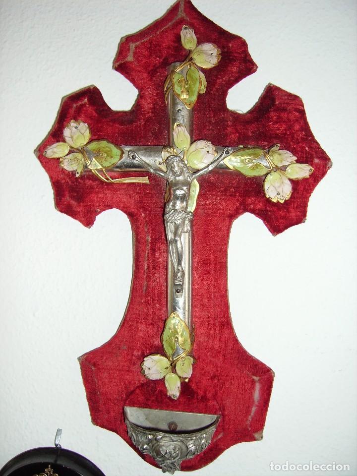 ANTIGUO SANTO CRISTO EN METAL Y MONTADO EN TERCIOPELO. MIDE 35 CM. DE ALTURA POR 22 CM. DE FRENTE, (Antigüedades - Religiosas - Crucifijos Antiguos)
