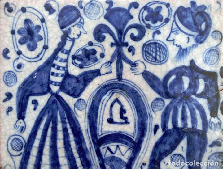 VIEJO AZULEJO - PINTADO A MANO - FIRMADO - A. UBEDA - MOTIVO DE ESTÉTICA MEDIEVAL - MUJER & HOMBRE (Antigüedades - Porcelanas y Cerámicas - Úbeda)