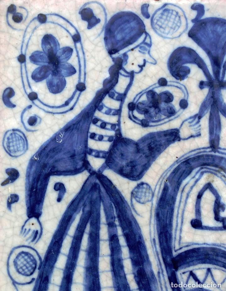 Antigüedades: VIEJO AZULEJO - PINTADO A MANO - FIRMADO - A. UBEDA - MOTIVO DE ESTÉTICA MEDIEVAL - MUJER & HOMBRE - Foto 3 - 75060671