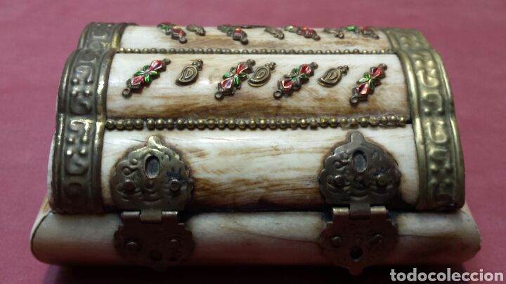 Antigüedades: Antiguo joyero de hueso y laton con adornos años 50 - Foto 2 - 75140546