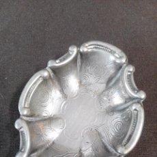 Antigüedades: PEQUEÑA BANDEJITA PLATEADA CON DECORACIÓN. Lote 75180103