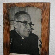 Antigüedades: LAMINA O ESTAMPA SOBRE MADERA DE OSCAR ARNULFO ROMERO ARZOBISPO DE SAN SALVADOR ASESINADO EN 1980. Lote 75253367