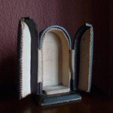 Antigüedades: ANTIGUA CAPILLA DE VIAJE DE CARTÓN DE 12X6X4,5 CM. BASE 7,50X6,50 CM.. Lote 75315459