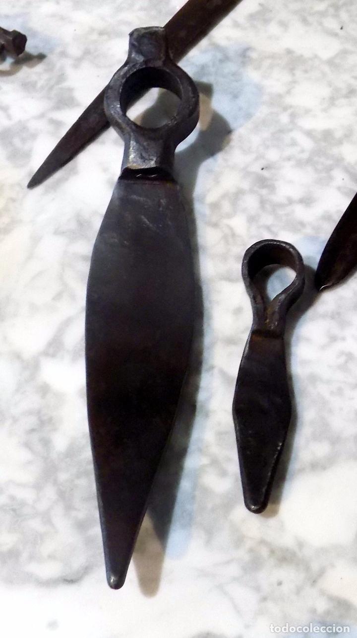 Antigüedades: CURIOSAS AZADAS O PICOS. FORJA. UNA SOLA PIEZA. UNA DE ELLAS MUY PEQUEÑA. 27 CM Y 13 CM. - Foto 2 - 75322279