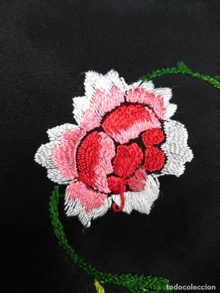Antigüedades: Manton en seda, negro con flores de colores - Foto 11 - 111088368