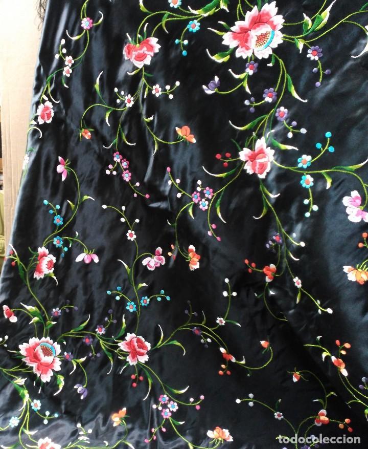 Antigüedades: Manton en seda, negro con flores de colores - Foto 16 - 111088368