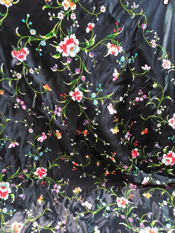 Antigüedades: Manton en seda, negro con flores de colores - Foto 19 - 111088368
