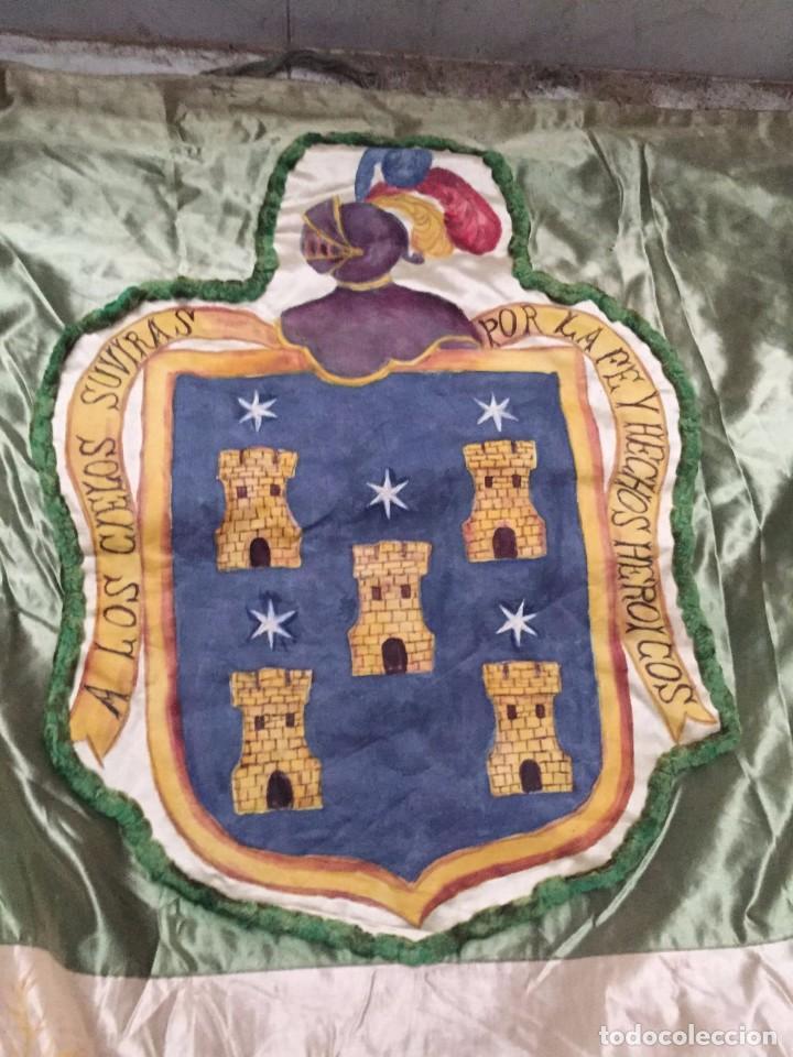 Antigüedades: Gran ornamento de seda en parte pintada y con escudos heráldicos - Foto 2 - 75683671