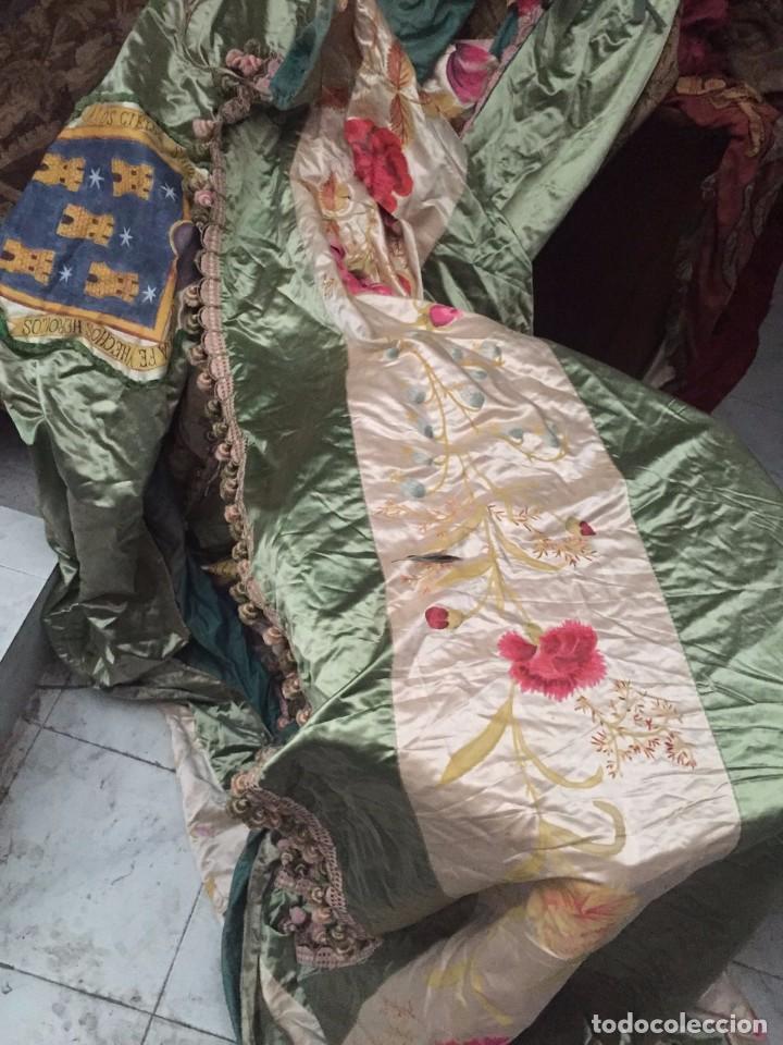 Antigüedades: Gran ornamento de seda en parte pintada y con escudos heráldicos - Foto 3 - 75683671