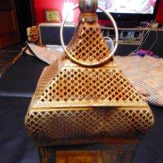 Antigüedades: ANTIGO FAROL PORTAVELAS DE METAL DORADO Y CON CRISTALES EN LAS 4 CARAS... Lote 75685735
