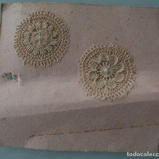 Antigüedades: PAREJA ANTIGUOS TAPETES FRIVOLITE GANCHILLO BOLILLOS PASAMANERIA ENCAJE LANZADERA REALIZADOS A MANO . Lote 75699275