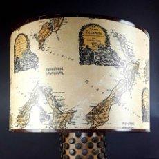 Antigüedades: GRAN LÁMPARA DE SOBREMESA. MADERA TROPICAL. TACHUELAS BRONCE. U.S.A. CIRCA 1950. Lote 75713907