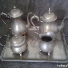 Antigüedades: JUEGO DE TE O CAFÉ -- METAL REPUJADO -- BANDEJA + 2 TETERAS + AZUCARERO + LECHERA -- VER FOTOS. Lote 76042483