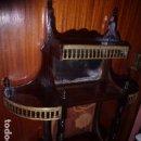 Antigüedades: ANTIGUA ESTANTERIA DE MADERA CON RIBETES DE LATON PULIDO . Lote 76061867