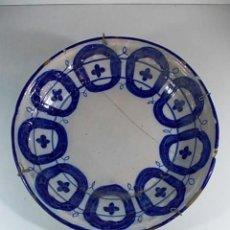 Antigüedades: PLATO VALENCIANO AZUL CON GRAPAS DEL XVII. Lote 76067419