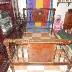 Antigüedades: CAMA EN MADERA MUY ANTIGUA TALLADA Y TORNEADO CABECERO Y LARGUEROS. Lote 76100375
