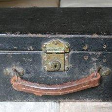 Antigüedades: ANTIGUA MALETA VIAJE REFORZADA ANTIGUOS REMACHES ASA CUERO CERRADURAS BRONCE PRINCIPIOS DE 1900 . Lote 76165335
