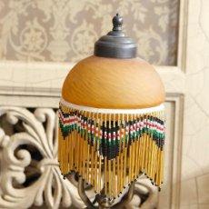 Antigüedades: LAMPARA DE SOBREMESA,DE 45 CM DE ALTURA.MODERNISTA?TULIPA DE CRISTAL Y CORTINA DE CUENTAS, PRECIOSA. Lote 76552903