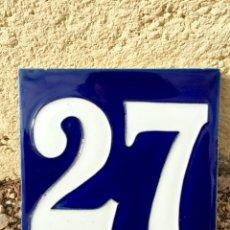 Antiguidades: ANTIGUO AZULEJO ESMALTADO CON EL NUMERO 27. Lote 76587747