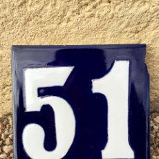 Antigüedades: ANTIGUO AZULEJO ESMALTADO CON EL NUMERO 51. Lote 76588499
