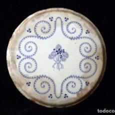 Antigüedades: ANTIGUO SALVAMANTELES DE CERÁMICA VIDRIADA LOZA CON DECORACIÓN EN AZUL. 24 CM. CIRCA 1900 . Lote 76593323
