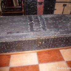 Antigüedades: LIQUIDACION POR CIERRE. ANTIGUO BAUL DE MADERA FORRADO DE CUERO . Lote 76616555
