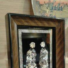 Antigüedades: CUADRO DE INCRUSTACIONES DE NACAR, PAREJA JAPONESA. Lote 76634742