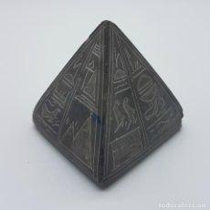 Antigüedades: ANTIGUA REPRODUCCIÓN DE PIRAMIDE DE KEOPS EN PIEDRA BASALTO TALLADA A MANO CON JEROGLÍFICOS .. Lote 76699243