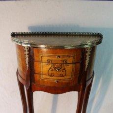 Antigüedades: MESA TELEFONERA CON 3 CAJONES EN MADERA Y METAL DORADO. Lote 148722360