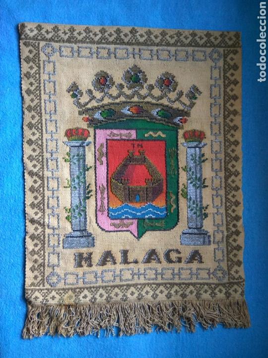 REPOSTERO CON ESCUDO MALAGA (Antigüedades - Hogar y Decoración - Tapices Antiguos)
