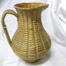 Antigüedades: JARRA EN MIMBRE Y BASE DE MADERA. Lote 76714579