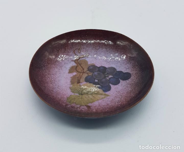 Antigüedades: Plato decorativo antiguo de cobre con esmalte cerámico y esmaltes al fuego, motivos vivícolas . - Foto 3 - 76746375