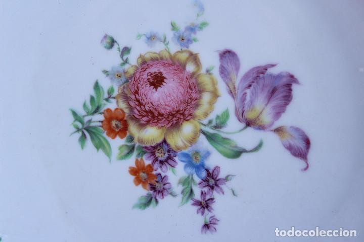 Antigüedades: ANTIGUO PLATO DE PORCELANA ALEMANA BAVARIA CON DORADO, flores , crisantermo PINTADO A MANO - Foto 2 - 76750519