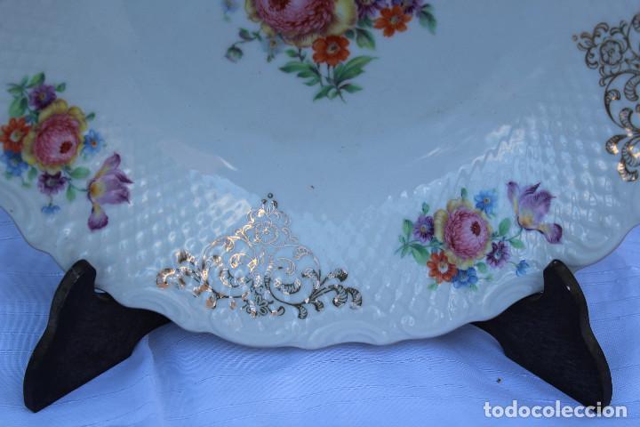 Antigüedades: ANTIGUO PLATO DE PORCELANA ALEMANA BAVARIA CON DORADO, flores , crisantermo PINTADO A MANO - Foto 3 - 76750519