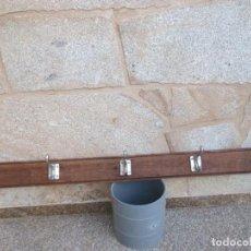 Antigüedades: PERCHERO DE FIJAR A PARED EN MADERA SAPELLI MOLDURADA, PERCHAS ALUMINIO NIQUELADO, AÑOS + INFO . Lote 76804447