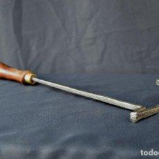 Antigüedades: MARCADOR DE GANADO J DE 36 CM DE L CON MANGO Y 8 CM POR 4 CM LA LETRA.. Lote 174844000