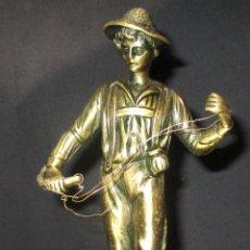 Antigüedades: FIGURA DE PESCADOR DE BRONCE SOBRE PEANA DE MARMOL. Lote 76920039