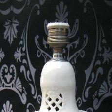 Antigüedades: MUY RARA Y ELEGANTE LAMPARA CERAMICA ANTIGUA MANISES BLANCA VINTAGE. Lote 77101725