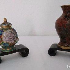 Antigüedades: ANTIGUOS JARRONES MINIATURA BRONCE Y ESMALTADO CLOISONNE. Lote 96483016