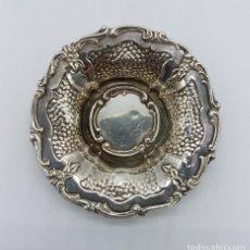 Antigüedades: BANDEJITA ANTIGUA EN PLATA DE LEY CONTRASTADA Y BELLAMENTE REPUJADA A MANO, DE ESTILO ROCOCO .. Lote 77109961