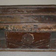 Antigüedades: BAUL ANTIGUO FORRADO DE PIEL, SIGLO XIX, PARA RESTAURAR, ESPECIAL DECORACION. Lote 77378161