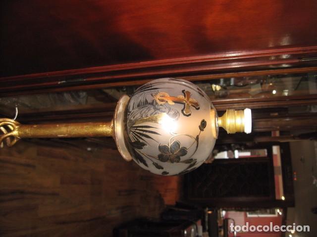 Antigüedades: Lámpara de pie hierro forja pintada oro con tulipa cristal medida 140 X 37 cm. - Foto 3 - 77436229