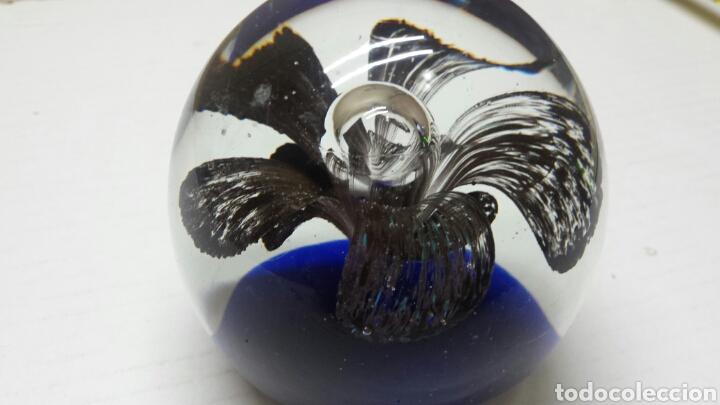 PISAPAPELES ANTIGUO DE CRISTAL DE MURANO CON MOTIVO FLOREAL EN INTERIOR (Antigüedades - Cristal y Vidrio - Murano)
