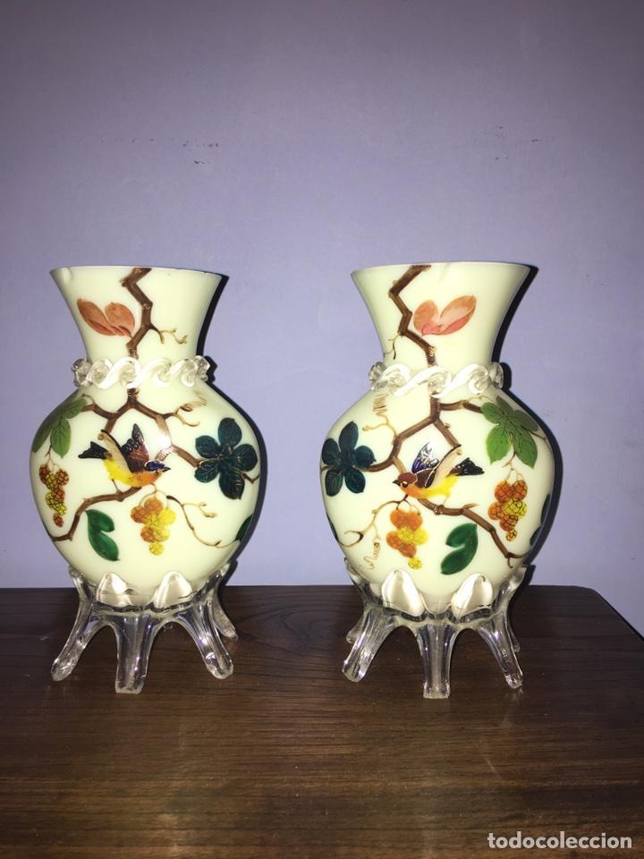 PAREJA DE JARRONES DE OPALINA PINTADOS A MANO (Antigüedades - Cristal y Vidrio - Italiano)