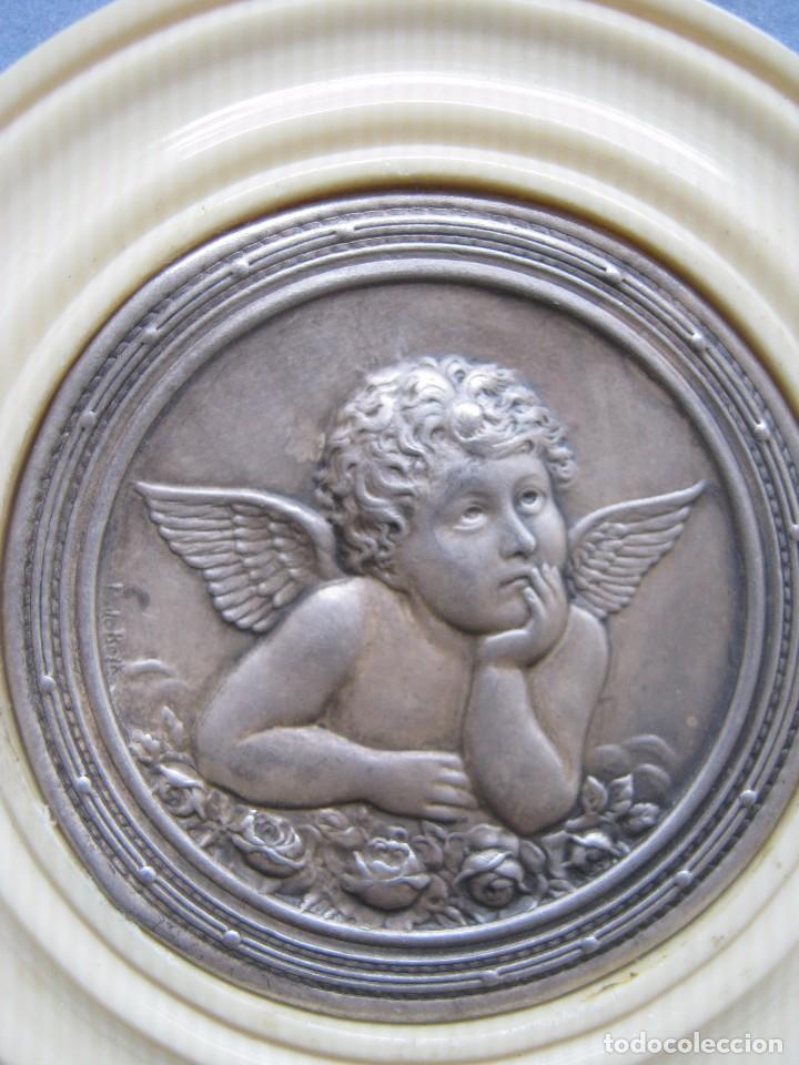 Antigüedades: ANTIGUA MEDALLA DE PLATA Y BAQUELITA PARA CUNA PPIO.S.XX - Foto 2 - 77472961