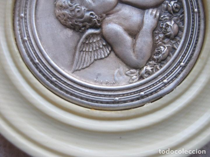 Antigüedades: ANTIGUA MEDALLA DE PLATA Y BAQUELITA PARA CUNA PPIO.S.XX - Foto 4 - 77472961