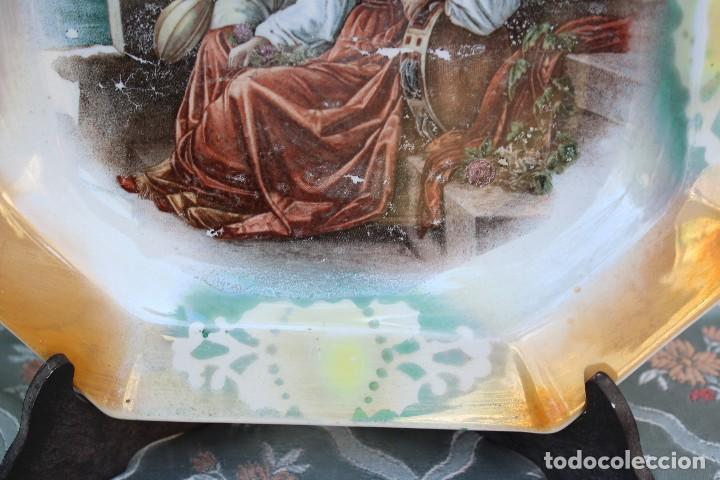 Antigüedades: ANTIGUO PLATO DE OVIEDO EN PORCELANA MODERNISTA CON GITANOS MÚSICOS OCTOGONAL EFECTO ANACARADO - Foto 4 - 77493561